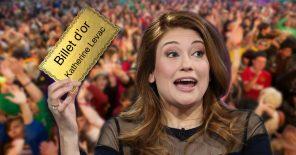 Katherine Levac avec un billet d'or dans les mains