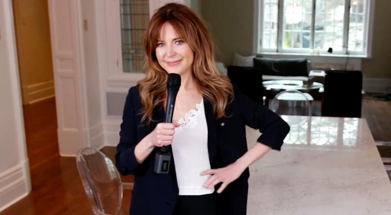 Dans cette vidéo, Julie Snyder salue et encourage les francophones hors Québec